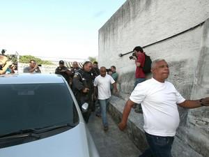 Policiais chegam para prestar depoimento na 29ª DP (Madureira) (Foto: Ale Silva/ Futura Press/ Estadão Conteúdo)
