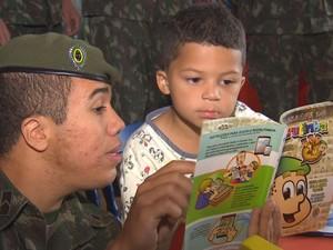 Homens do Exército brincaram com as crianças no hospital (Foto: Reprodução / TV TEM)