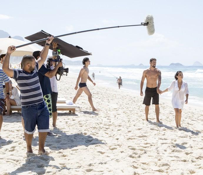 Cauã Reymond e Vanessa Giácomo gravam como Juliano e Tóia na praia (Foto: Felipe Monteiro/ Gshow)