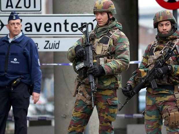 Tropas e policiais belgas controlam nesta quinta-feira (22) avenida que leva ao aeroporto de Bruxelas (Foto: REUTERS/Charles Platiau)