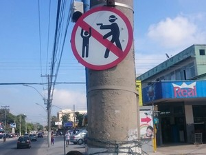 Moradores de Niterói, RJ, instalam placa contra roubo (Foto: Matheus Rodrigues/G1)