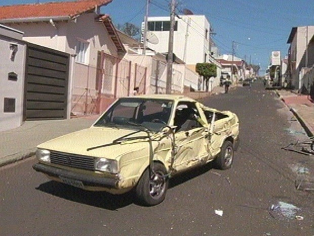 Caminhão passou por cima de carro que estava estacionado (Foto: Reprodução TV TEM)