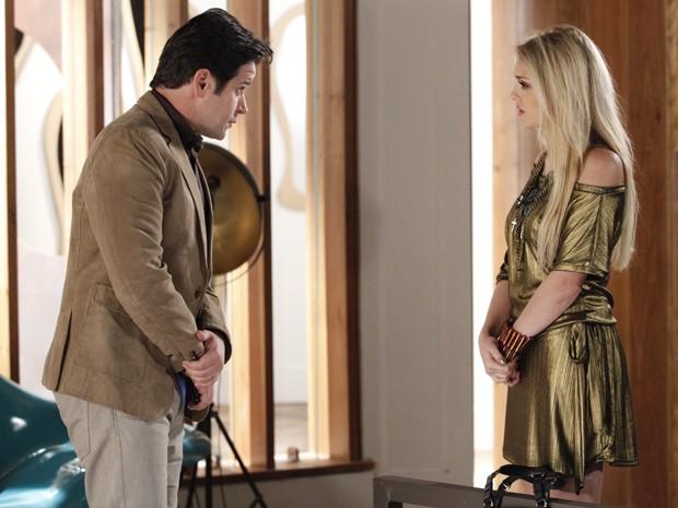 Jonas fala que Davi só está com filha por interesse e os dois brigam (Foto: Raphael Dias/TV Globo)