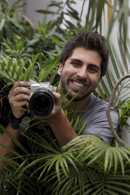 O ator e mágico em cena da novela Rock Story, onde vive o paparazzo Ramon (Foto: Divulgação Rede Globo)