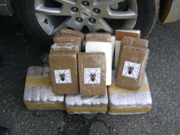 Cerca de 30kg de base de cocaína foram encontrados em um falso compartilhamento do veículo (Foto: Divulgação/PRF)