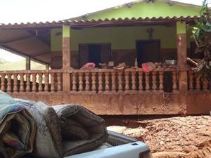 Moradores que tiveram casas inundadas pela lama receberam doações (Foto: Patrícia Sodré/Arquivo Pessoal)