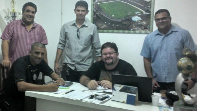 Em reunião, diretoria do Pantera e treinador Lecheva acertam os nomes do primeiros contratados (Foto: Divulgação/ São Raimundo F.C.)