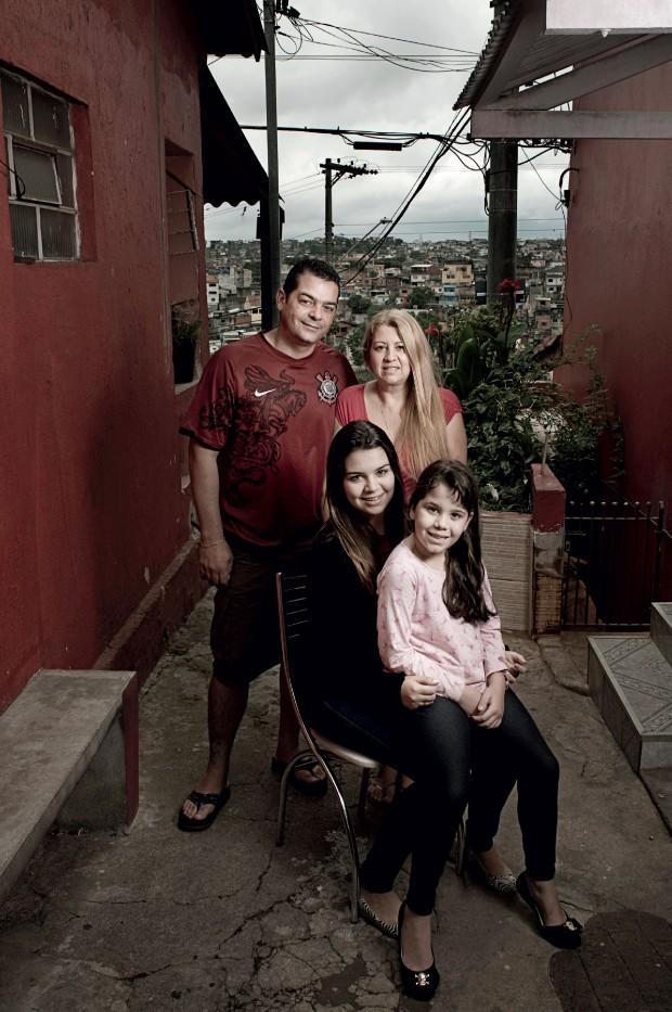 ESFORÇO O casal Alexandre e Márcia (em pé), com as filhas Drielly e Isabele (no colo). Sem direito a cotas (Foto: Camila Fontana/ÉPOCA)
