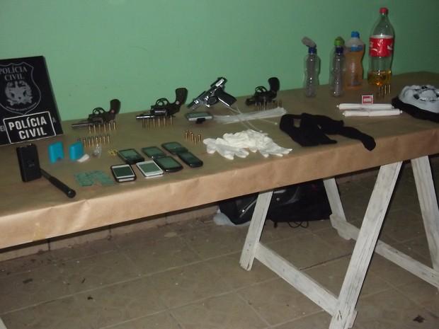 Em um dos carros em que estavam os suspeitos foram encontradas armas, munições e garrafas com gasolina (Foto: Divulga/Polícia Civil)