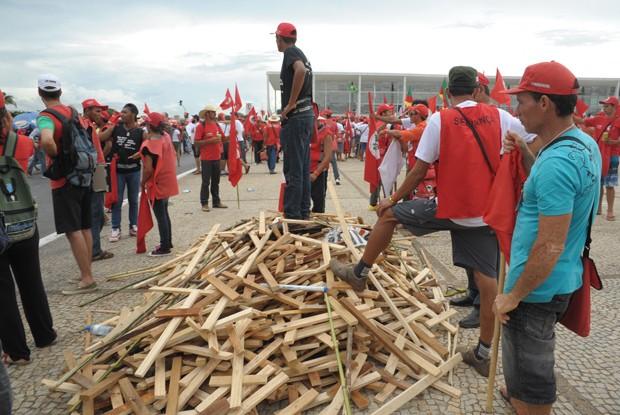 Manifestação dos sem-terra na Esplanada dos Ministérios (Foto: Laycer Tomaz/Câmara)