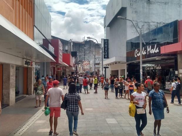 Apesar do calçadão ficar movimentado, lojas estavam vazias (Foto: Márcio Chagas/G1)