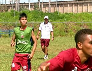 Técnico Jorge Saran passa instruçoes para elenco Sub-20 da Ferroviária (Foto: Adriano Ferreira/ EPTV)