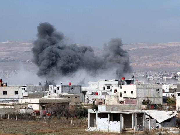 Fumaça sobe após um helicóptero militar sírio supostamente ter caído sobre a cidade de Daraya, a sudoeste da capital Damasco. (Foto: Fadi Dirani/AFP)