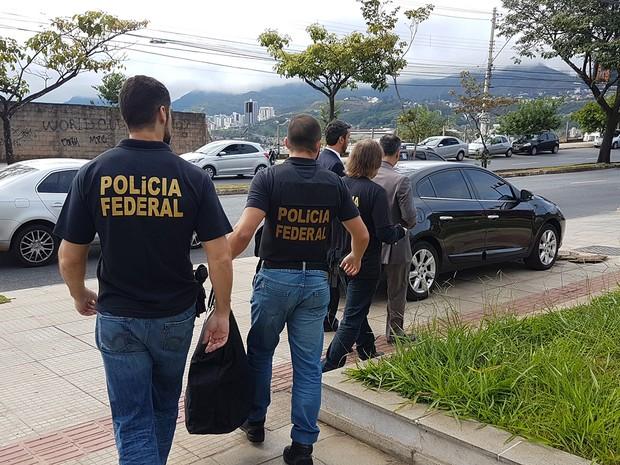 Policiais cumprem mandado busca e apreensão em escritório de primo de Aécio Neves, em BH