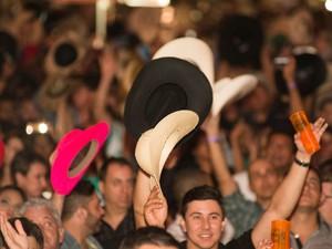 Mar de chapéus agita arena durante show das duplas Chitãozinho & Xororó e Bruno & Marrone (Foto: Érico Andrade/G1)