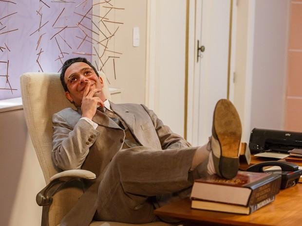 Dr. Castilho se diverte na cadeira de Caíque (Foto: Artur Meninea/Gshow)
