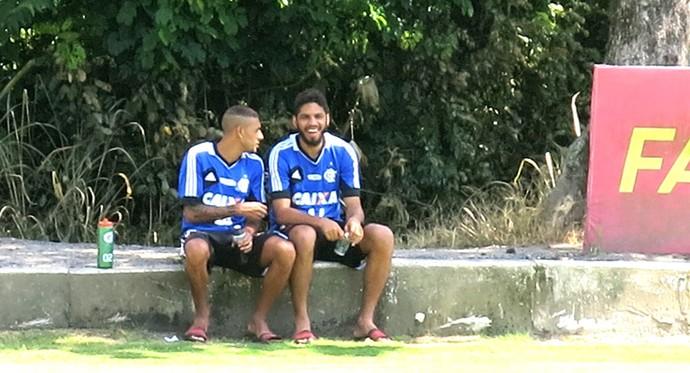 Treino Flamengo Paulinho e Wallace (Foto: Raphael Zarko)