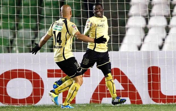 Mena comemora gol do Itaguí contra o Coritiba (Foto: Agência Reuters)