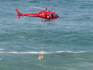Helicóptero dos bombeiros fazem buscas por vítimas de desabamento de ciclovia (Foto: Maíra Coelho / Estadão Conteúdo)