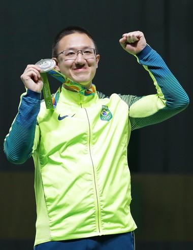 Felipe Wu com a medalha de prata (Foto: EFE/EPA/VALDRIN XHEMAJ)