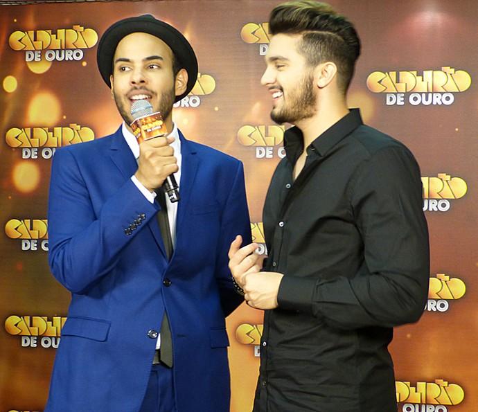 Hugo Gloss com Luan Santana no tapete vermelho do Caldeirão de Ouro (Foto: Gshow)