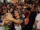 Todo fofo, Caio Castro faz selfie com fãs em tarde de autógrafos