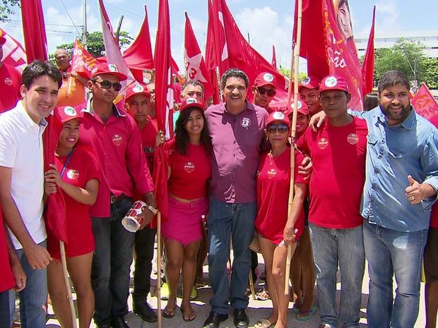 Candidato João Paulo (PT) participou de caminhada no bairro de Santo Amaro, no Centro do Recife (Foto: Reprodução/TV Globo)