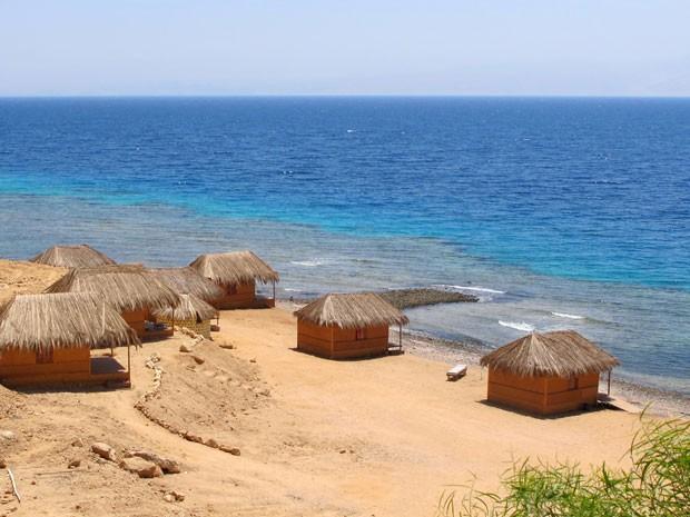 Praia na Península do Sinai está deserta devido à falta de turistas (Foto: Clemens Wortmann/AFP)