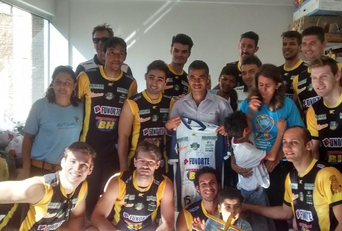 Jogadores do Montes Claros vôlei visitaram a sede da ANDA. (Foto: Jucilene Magalhães)