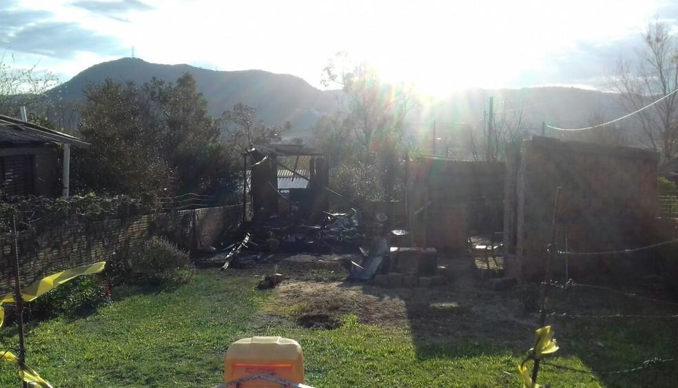 Incêndio foi em casa no Loteamento Alto do Boa Vista, em Santa Maria (Foto: Maurício Rebellato/RBS TV)