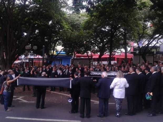 Manifestação Uberaba Fundação Maçônica (Foto: Alex Rocha/G1)