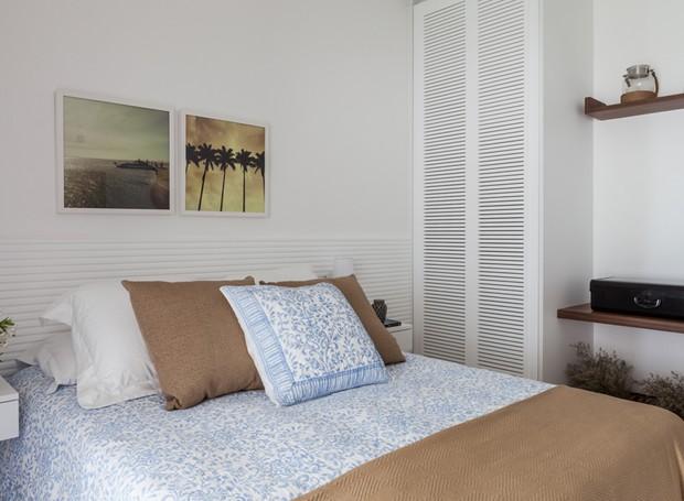 QUARTO DE HÓSPEDES | Roupa de cama e almofadas da Zara Home. Marcenaria desenhada por Vivi Cirello e executada pela A Movelaria  (Foto: Lufe Gomes/Divulgação)