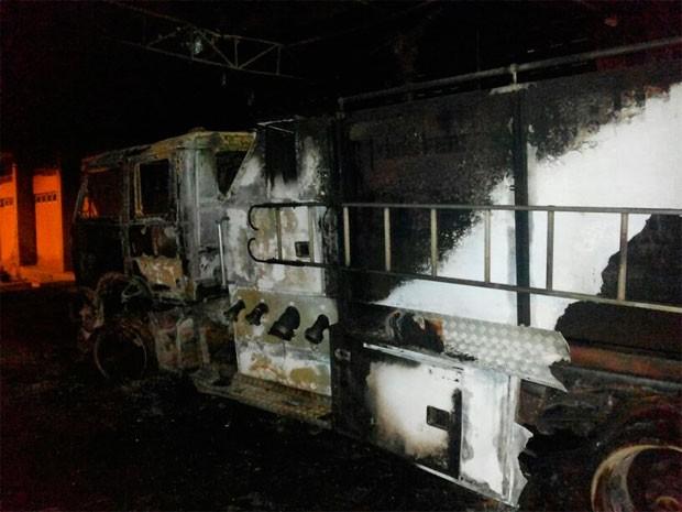 Caminhão taque também foi alvo do soldado, que fugiu após atear fogo em vários veículos do Corpo de Bombeiros em Pau dos Ferros cas s[ekm   (Foto: Heráclito Daniel)