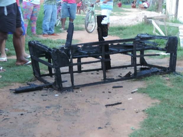 Moveis ficaram queimados após incêndio em residência  (Foto: Blog do Sigi Vilares)