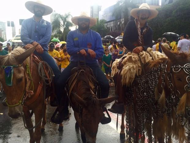Trio vai a cavalo para protestar em Goiânia, Goiás (Foto: Murillo Velasco/ G1)