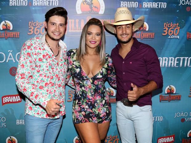 Geisy Arruda com a dupla Bruno e Barreto em evento em São Paulo (Foto: Danilo Carvalho/ Ag. Fio Condutor/ Divulgação)