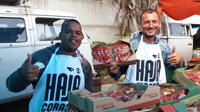 Os feirantes Marcelo de Souza e Jackson Jacinto (Foto: Ana Paula Novaes)