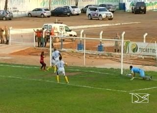 Lance do gol contra do zagueiro do Interporto em favor do Moto Club (Foto: Reprodução/TV Mirante)