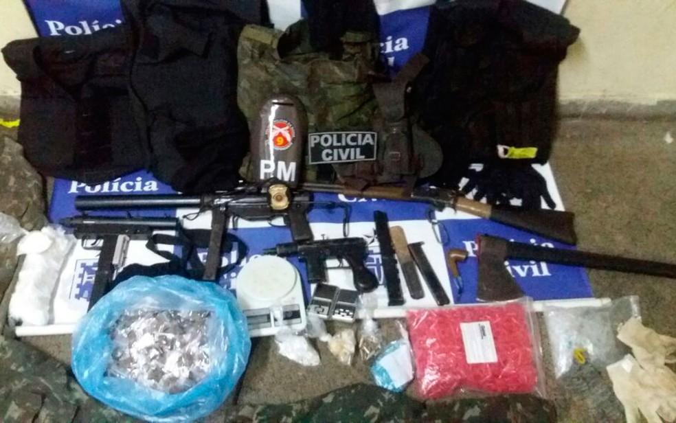 Armas e drogas foram apreendidas com um dos suspeitos de participar do tiroteio (Foto: Divulgação/SSP)