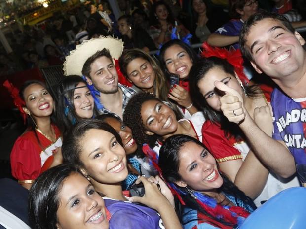 Daniel Rocha posa com os fãs (Foto: Roberto Filho/AgNews)