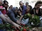 Em protesto, agricultores gregos distribuem comida de graça