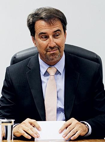 NO GABINETE O ministro Gilberto Occhi. Ele foi denunciado criminalmente  em 2011 (no documento abaixo),  mas depois a lei mudou (Foto: Beto Barata/Folhapress)