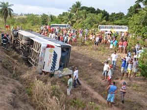 Ônibus tombou na BR-101, próximo à entrada de Lucena (Foto: Walter Paparazzo/G1)
