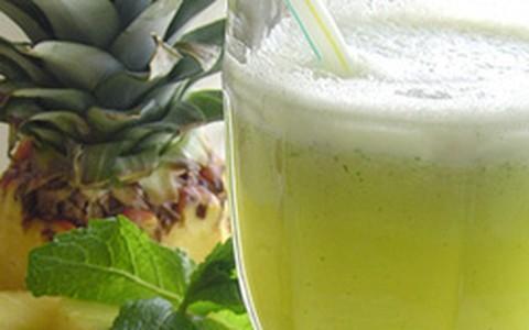 Suco de abacaxi com maçã e gengibre