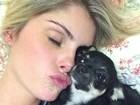 Bárbara Evans posa ainda na cama e beijando cachorrinho: 'Preguiça'