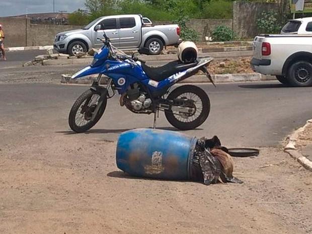 Corpo foi encontrado dentro de tonel em Feira de Santana, Bahia (Foto: Ed Santos/Acorda Cidade)