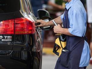 Bomba de combustível abastece carro em posto de São Paulo. gasolina, preço da gasolina, frentista, álcool, diesel, combustíveis, reajuste, aumento. -HN- (Foto: Marcelo Brandt/G1)