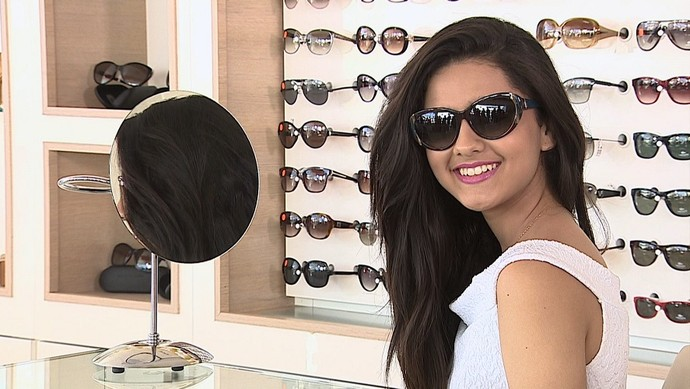 Karly Marques dá dicas de como usar o óculos escuros como ferramenta na composição de looks (Foto: TV Sergipe)