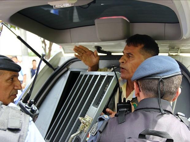 Cinegrafista foi detido e encaminhado a delegacia em camburão (Foto: Girlene Medeiros/G1 AM)