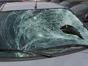 Carro ficou danificado após atropelamento de tio e sobrinha em Aguaí (Foto: Rodrigo Sargaço/EPTV)